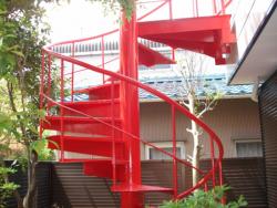 塗装されたらせん階段を