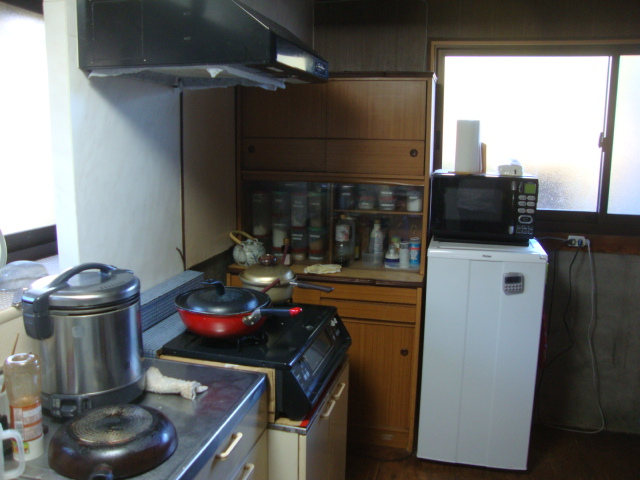 暗いキッチン