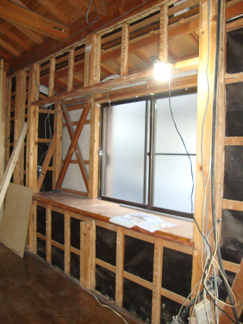 解体中の出窓施工風景