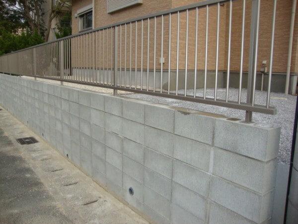 ブロックを積んでフェンスを立てる