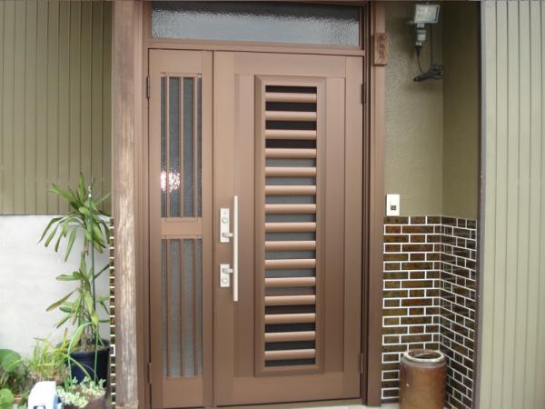 玄関のドアをカバー工法でリフォーム