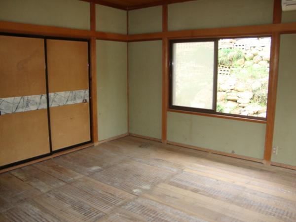和室の床板の隙間から冷たい風がくる