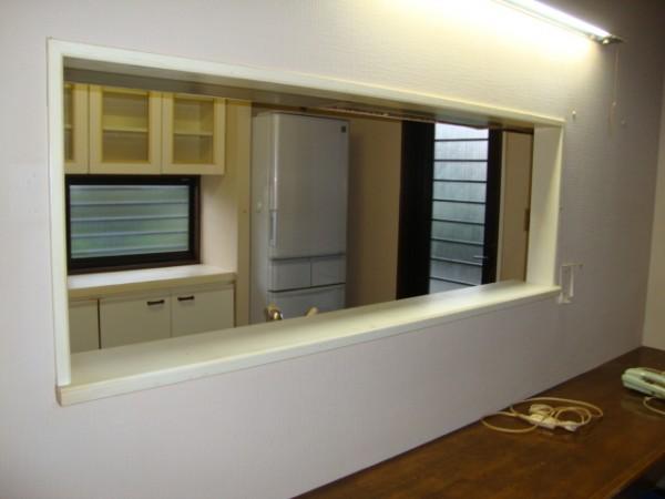 壁をくりぬいた対面キッチン