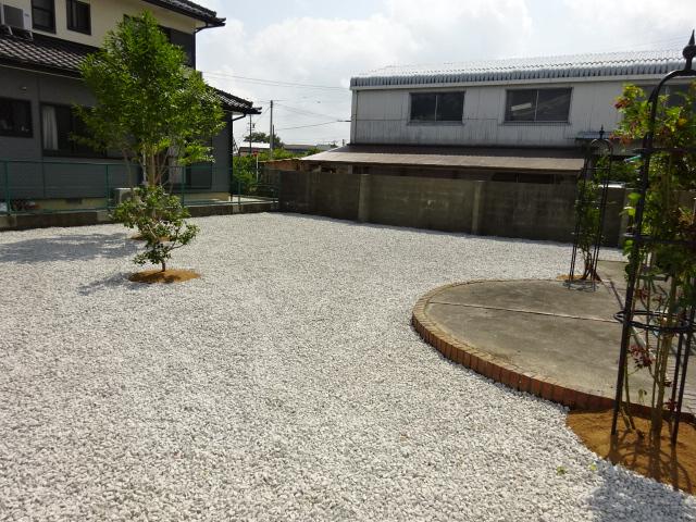 雑草対策後の庭