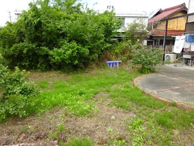 雑草で荒れ果てた庭を、草引きしなくて済むようにする工事 | 愛知県豊橋市 N様邸