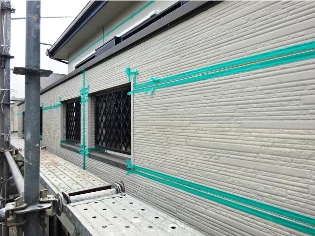 シーリング処理中の外壁