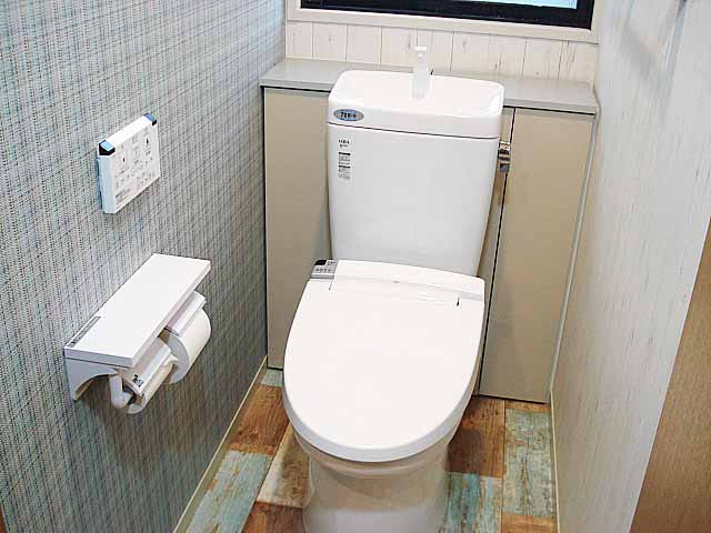 織物調と木目調のアクセントトイレ