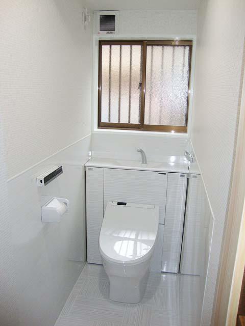 ホーローでできた壁材と床材で出来たトイレ
