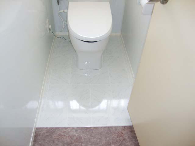 ガラス質の床と壁でトイレ掃除が簡単になった