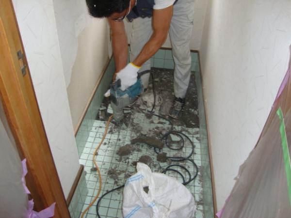 トイレのタイルを壊す