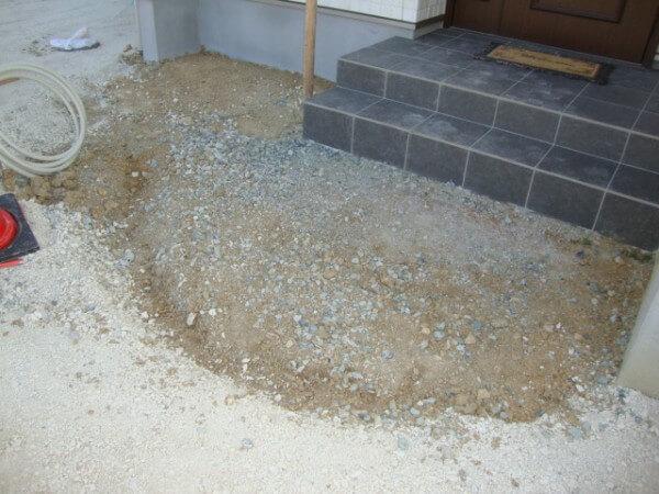 雨が降る度に玄関が泥だらけになる