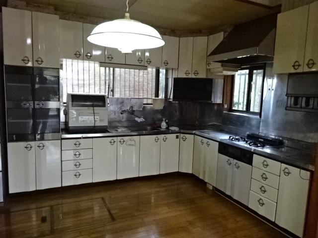 暗くて狭いキッチン