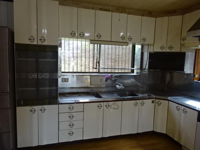 開き扉のキッチン
