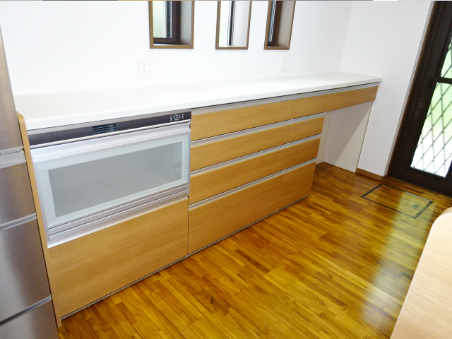 キッチンの後ろの収納スペース
