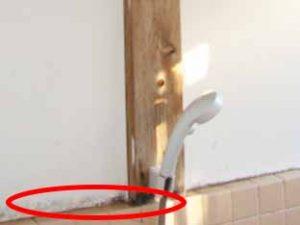 タイルと壁の境目にカビが発生する